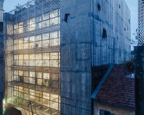 混凝土芯与网眼立面组成别样办公楼