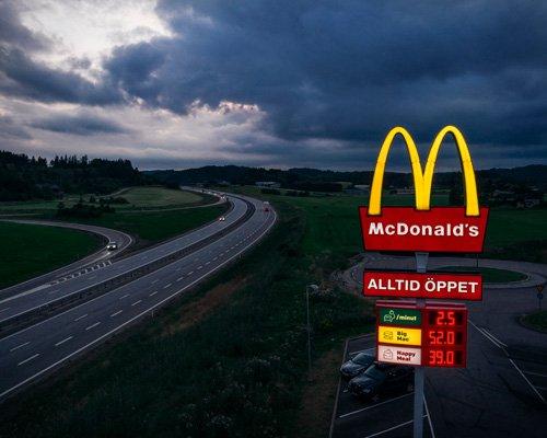 瑞典麦当劳推出全新路标 汽车充电不再难