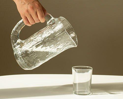 形似精美冰雕的玻璃水瓶