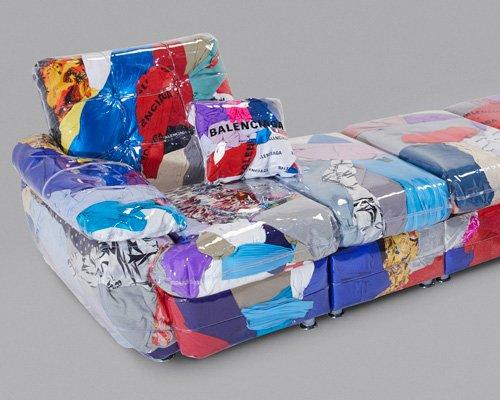 由巴黎世家废弃服装填充的透明沙发