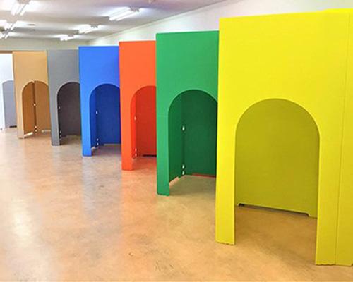 彩虹色拱门隔断 为安全添色彩