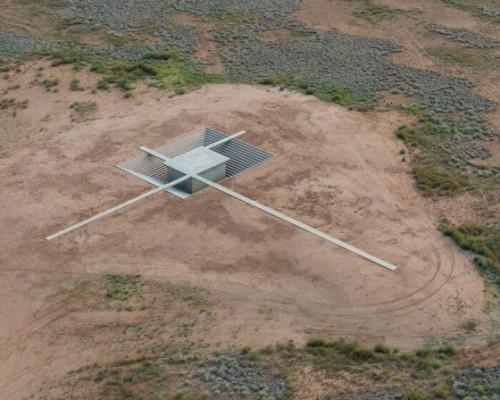 沙漠中下沉的地下金字塔